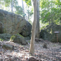 左側の岩が八畳岩