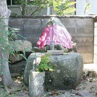 石仏を乗せている下の石は神力寺の礎石