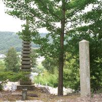右が高麗寺の山門跡に立つ石柱