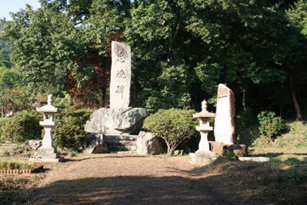 忠魂碑と刻んだ石の台石はかつての磐座