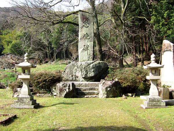 06-忠魂碑と台石