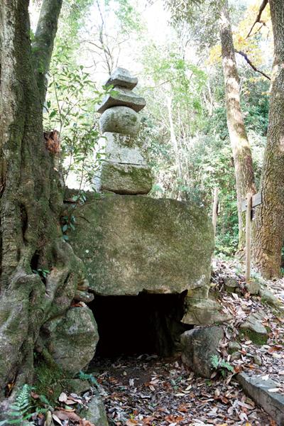 08-横穴式石室古墳と成親供養塔